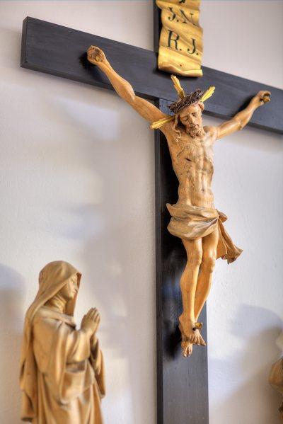 Holzkreuz i. d. Wdlg. Pfarrkirche