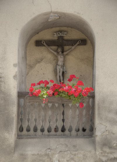 Kruzifix in der Hausnische beim tiefen keller